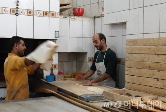 150년 된 빵집. 형제가 사이좋게 빵을 굽고 있다./사진=이호준 여행작가