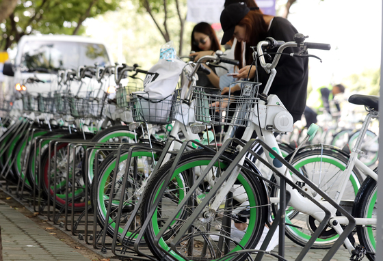 27일 서울 영등포구 여의도 '따릉이' 대여소에서 시민들이 자전거를 대여하고 있다.  이날 행정안전부는 자전거 음주운전을 금지하는 내용이 포함된 도로교통법을 오는 28일 시행한다고 밝혔다.  혈중알코올농도 0.05% 이상의 음주상태로 자전거를 운전하면 범칙금 3만원이 부과된다. 2018.9.27 /사진=뉴스1