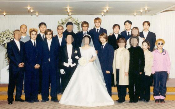 방송인 송은이(아래줄 오른쪽 끝)가 분홍색 점퍼에 청바지를 입고 이휘재 누나 결혼식에 참석한 모습. /사진=온라인커뮤니티