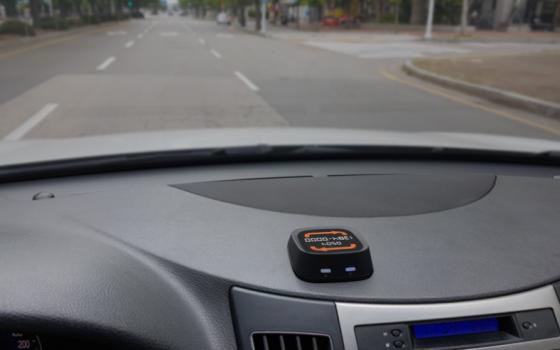 차량 대시보드에 설치된 바톤SOS제품 /사진제공=로프