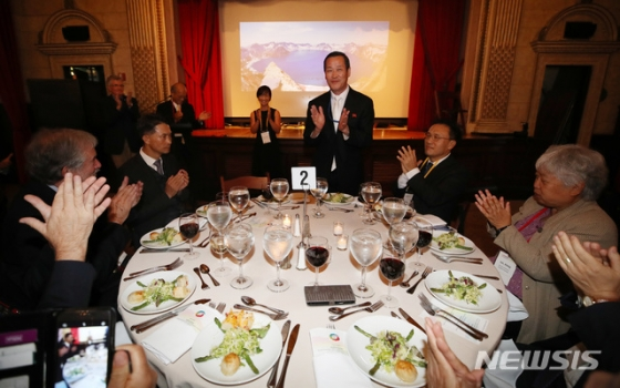 29일(현지시각) 미국 뉴욕 컬럼비아대학에서 열린 '2018 국제 평화포럼 : 한반도의 평화와 번영' 만찬행사에서 김성 북한 유엔대표부 대사가 인사를 하고 있다./사진=뉴시스