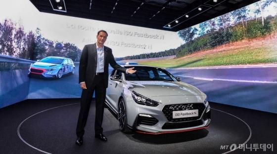 현대차 고성능사업부장인 토마스 쉬미에라 부사장이 '2018 파리모터쇼'에서 세계 최초로 공개된 'i30 패스트백 N'을 배경으로 기념촬영을 하고 있다./사진제공=현대자동차