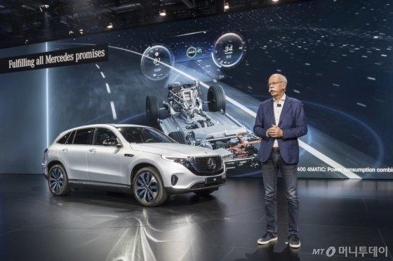 디터 체제 메르세데스-벤츠 회장이 2일(현지시간) '2018 파리모터쇼'에서 벤츠 전기차의 미래 방향성에 대해 소개하고 있다./사진제공=메르세데스-벤츠
