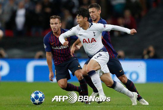 손흥민이 4일(한국시간) 영국 런던의 웸블리 스타디움에서 열린 바르셀로나와의 2018-19 유럽축구연맹(UEFA) 챔피언스리그 B조 조별리그 2라운드에서 드리블을 시도하고 있다./사진=AFPBBNews=뉴스1