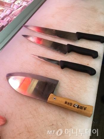 정육점에 있는 칼들은 크기도, 모습도, 용도도 제각각이다. 가장 아래에 있는 '닭 잡는 칼'은 일종의 도끼 같은 역할을 한다. 뼈 까지 다 잘라낸다. 그 위는 '새김칼'로 돼지 등을 해체할 때 쓰는 칼이다. 새김칼 위는 육도, 그 위에 가장 큰 칼은 정육점에서 자주 쓰는 '대동칼'이다. 나열해 놓고 보니 무시무시하다./사진=남형도 기자
