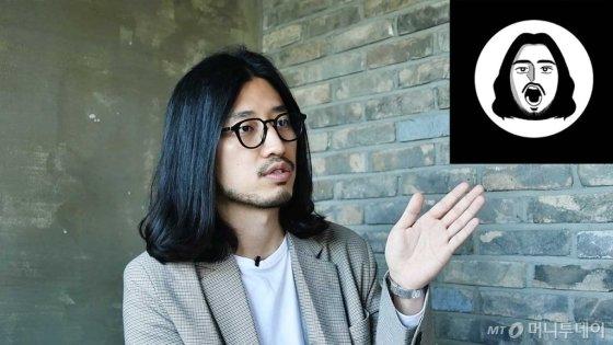 인터뷰를 하고 있는 크리에이터 겸 작가 오마르. 오른쪽 상단은 '오마르의 삶' 로고 /사진=이상봉 기자