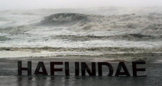 태풍 '콩레이'가 북상한 6일 오전 부산 해운대해수욕장에 거센 파도가 치고 있다. /사진제공=뉴스1