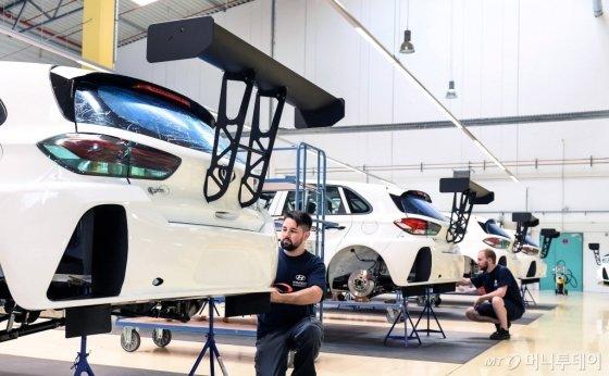 현대차의 첫 판매용 경주차 'i30 N TCR' 제작 현장/사진제공=현대차