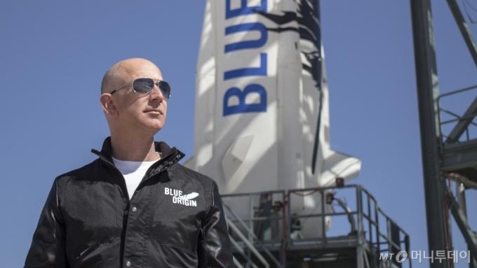 제프 베조스 아마존 창업자이자 블루오리진이 개발한 우주 로켓 '뉴 셔퍼드' 시험 발사현장에서 포즈를 취하고 있다. 블루오리진은 제프 베조스가 만든 민간 우주 개발사다. /사진제공=블루오리진.