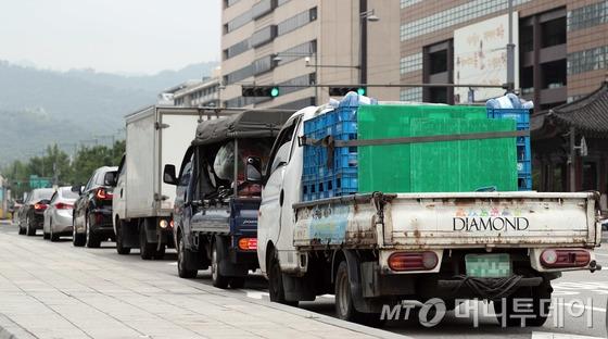서울 세종대로 광화문사거리에서 경유 차량들이 운행되고 있다. 서울시는 2018년 6월 1일부터 미세먼지 비상저감 조치가 발령된 날 서울 전 지역에서 노후 경유차를 운행하면 과태료 10만원을 부과하고 있다. 제한 대상은 2005년 12월 이전 등록된 모든 경유차로 등록지 기준 서울 20만대, 수도권 70만대, 전국적으로는 220만대이다./사진=뉴스1