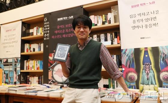장강명 작가가 리디셀렉트 첫 오리지널 콘텐츠로 연재한 소설 '노라'를 볼 수 있는 전자책 전용 기기 '페이퍼'를 들고 있다./사진=김휘선 기자