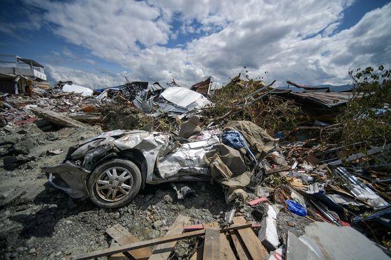 지난 8일(현지시간) 지진과 쓰나미가 지나간 뒤 인도네시아 술라웨시 섬 페토보 지역의 쓰레기더미 사이에 부서진 자동차의 잔해가 보인다./사진=AFPBBNews=뉴스1