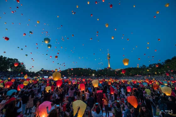 지난 5월 대구시에서 열린 '형형색색 달구벌 관등놀이'의 일환으로 진행된 풍등 행사에서 참가자들이 띄운 수 천 개의 풍등이 밤하늘로 날아오르고 있다. /사진=대구시