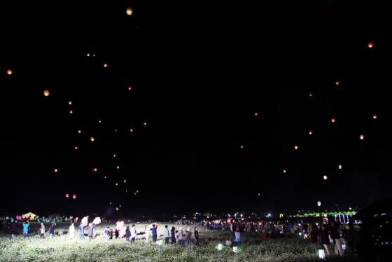 '평창효석문화제'를 찾은 관광객들이 풍등을 날리고 있다. /사진=한국관광공사
