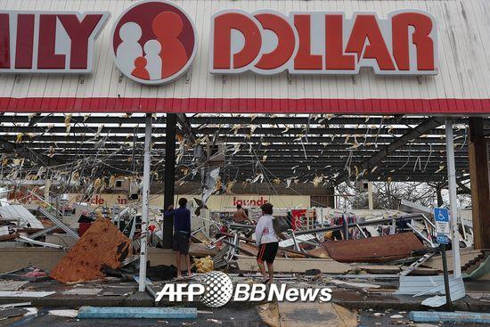 허리케인 마이클로 인해 파손된 미국 플로리다주 파나마시티의 한 매장. /AFPBBNews=뉴스1