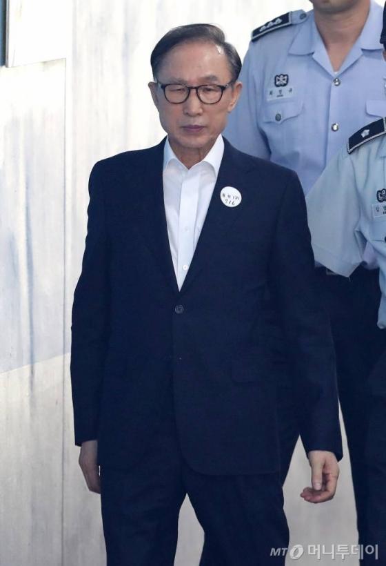 건강 문제를 이유로 법정 출석을 거부했던 이명박 전 대통령이 4일 오전 서초동 서울중앙지법에서 열리는 3차 공판에 출석하고 있다.