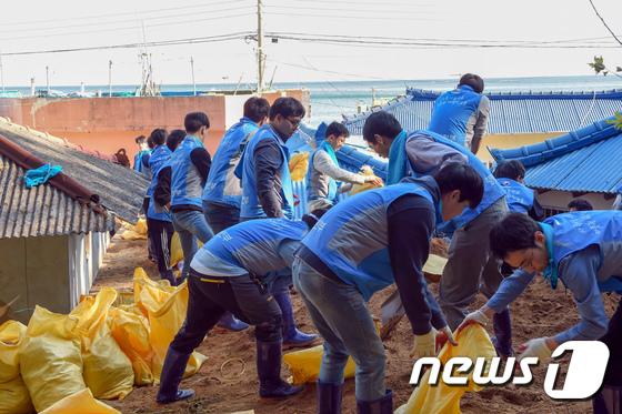 [사진]태풍 '콩레이' 피해복구 나선 행안부 직원들