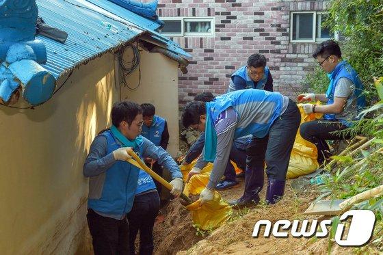 [사진]행안부 행복드림봉사단, 태풍 콩레이 침수 피해 지역 방문
