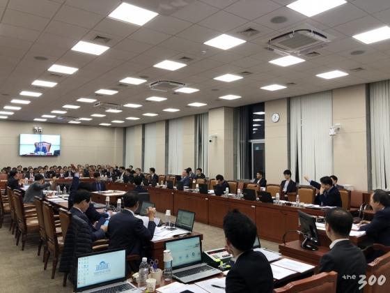 [사진]자정 넘긴 국회 산자중기위… '에너지 국감' 1박2일