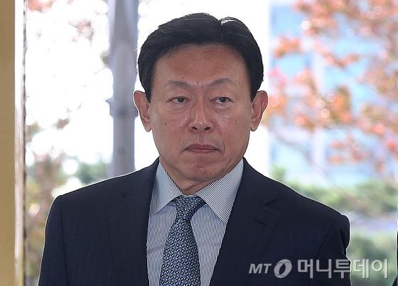 """신동빈 회장, 임직원에 메시지 """"어려운 상황 견디며 헌신해 감사"""""""