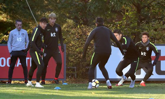 한국축구국가대표팀 선수들이 11일 오후 경기도 파주트레이닝센터(NFC)에서 우루과이와의 평가전을 앞두고 공개훈련을 하고 있다.  벤투 감독이 이끄는 한국축구대표팀은 12일 저녁8시 서울월드컵경기장에서 우루과이와 평가전을 갖는다. /사진=뉴스1