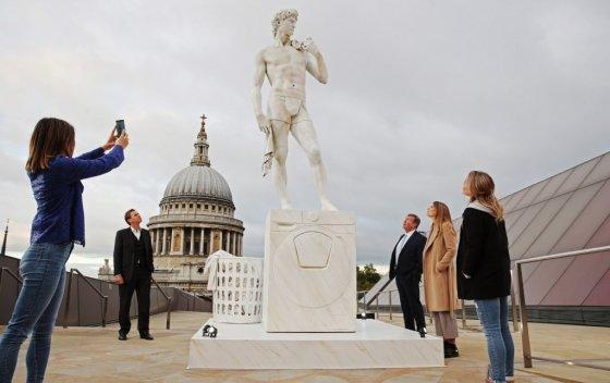 삼성전자가 지난 3~8일 영국 런던의 복합 쇼핑몰 원 뉴 체인지에서 미켈란젤로의 '다비드'와 퀵드라이브 세탁기를 활용한 이색 캠페인을 진행, 런던 시민의 호응을 얻었다. /사진제공=삼성전자