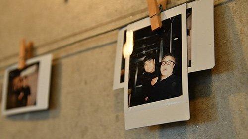 식당 내부에 걸려 있는 폴라로이드 사진들. 단골손님들과의 추억을 담았다./사진=이상봉 기자