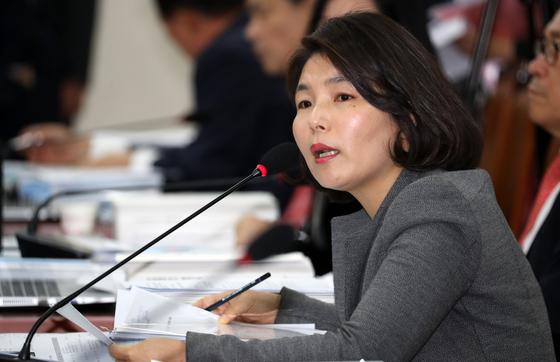 전희경 자유한국당 의원이 11일 서울 여의도 국회에서 열린 교육위원회 교육부에 대한 국정감사에서 질의를 하고 있다. /사진=뉴스1