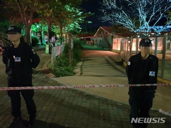 지난달 18일 오후 5시쯤 대전시 중구 오월드 동물원에서 퓨마 '뽀롱이'가 탈출한 가운데 경찰이 출입을 통제하고 있다. /사진제공= 뉴시스