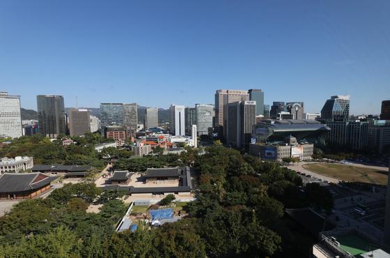 청명한 가을날씨를 보인 11일 오전 서울 덕수궁 일대에 파란 하늘이 펼쳐져 있다. /사진=뉴스1