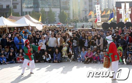 [사진]휴일 맞아 송파 산대놀이 즐기는 시민들