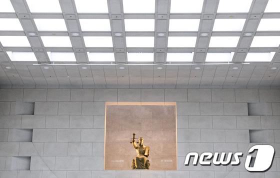 서울 서초 대법원 안 정의의 여신상. 2018.1.22/뉴스1 © News1 신웅수 기자