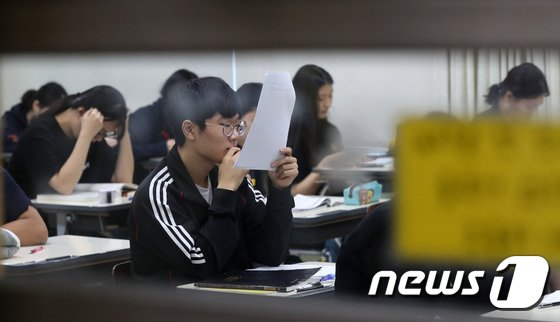 9월 수능 모의평가가 열린 지난달 5일 오전 서울 서초구 서초고등학교에서 3학년 학생들이 시험 시작 전 공부를 하고 있다. © News1 박세연 기자