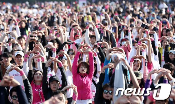 [사진]핑크런 스트레칭 하는 참가자들