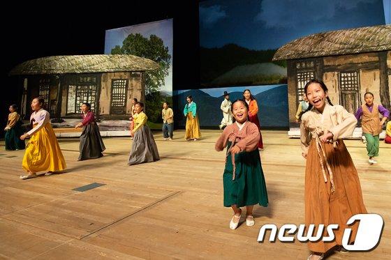 [사진]크라운-해태 주최 '제14회 창신제'서 공연하는 아리랑 친구들