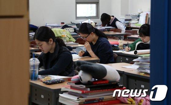 [사진]수능 한 달 앞두고 '열공'하는 수험생