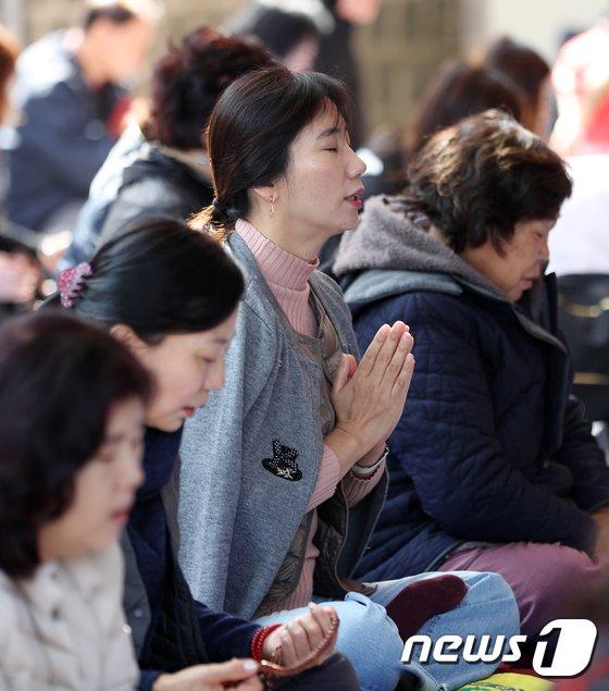 [사진]수능 D-30, 기도하는 불자들