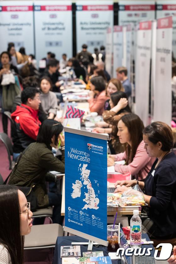 [사진]영국 유학상담 받는 참석자들