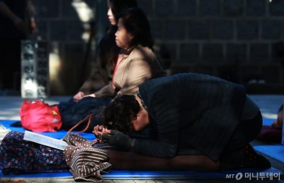 [사진]수능 D-30 '간절한 기도'