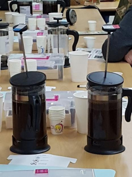 지난 10일 저녁 7시30분 경기 파주시 운정지구 산내마을 LH행복주택1단지 작은도서관에서 인문학 강연 '셸 위 커피?'(Shall we coffee?)가 열렸다. 이날 행사에서 참석자들이 직접 시연해본 '프렌치프레스'. '프렌치프레스'를 이용하면 간편하게 커피를 추출할 수 있다. /사진=황희정 기자