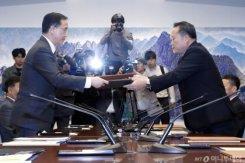 공동보도문 교환하는 남과 북