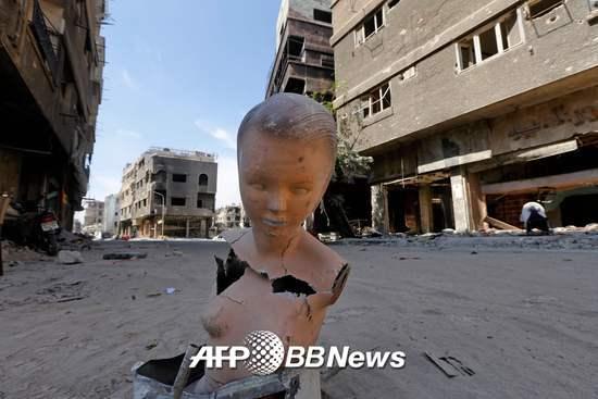 지난 9일(현지시간) 수도 다마스쿠스 남부 외곽에 위치한 야묵 팔레스타인 난민 캠프에 한 마네킹이 버려져있다. 시리아 정부는 지난 5월 야묵 캠프를 이슬람국가(IS)로부터 전면 탈환했다고 발표했다. 지난 4월19일 정부군의 대 IS 공세가 시작된 이래 한달여 만이었다. 이로써 시리아 정부는 수도권 전역을 통치권역으로 탈환했다. /AFPBBNews=뉴스1