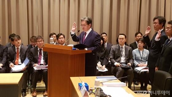 22일 중국 베이징에 위치한 주중 한국 대사관에서 열린 국정감사에서 노영민 주중 한국 대사가 선서를 하고 있다. /사진=진상현 베이징 특파원