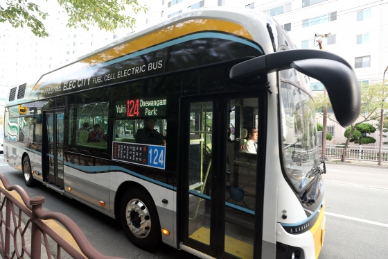 22일 오후 울산시 동구 일대에서 전국 최초로 시내버스 노선에 투입된 124번 수소전기버스가 운행을 하고 있다./사진=이기범 기자(울산)
