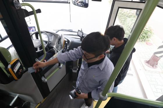22일 오후 울산시 동구 일대에서 전국 최초로 시내버스 노선에 투입된 124번 수소전기버스에 시민들이 탑승하고 있다./사진=이기범 기자(울산)