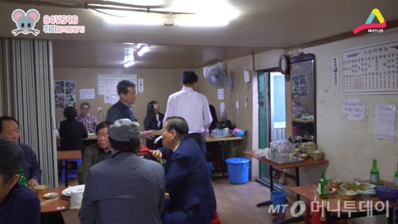 서울식품 2층. 오후 6시를 기점으로 평균 연령이 40살 정도 어려진다.