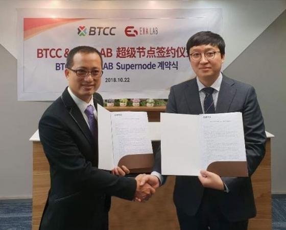 위친�w BTCC COO(왼쪽)와 이재현 엑사랩 대표가 22일 홍콩에서 슈퍼노드 계약을 체결한 뒤 악수를 하고 있다. / 사진제공=엑사랩