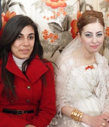 산 속 마을에서 만난 결혼식과 17세 신부.