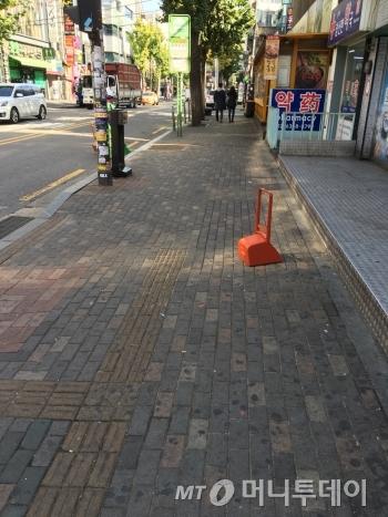 전단지로 폭격 맞았던 새벽과 달리(위쪽 세번째 사진 참조) 깨끗해진 거리. 이 위를 시민들이 걸어다니는 걸 보는 게 참 뿌듯했다. 고단함이 씻어 내리는 듯 했다./사진=남형도 기자