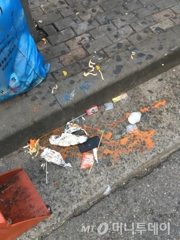길거리에 함부로 버려져 있는 음식물 쓰레기들. 조금만 신경써서 버려도 환경미화원들이 감당할 수고를 덜 수 있을 것이다./사진=남형도 기자